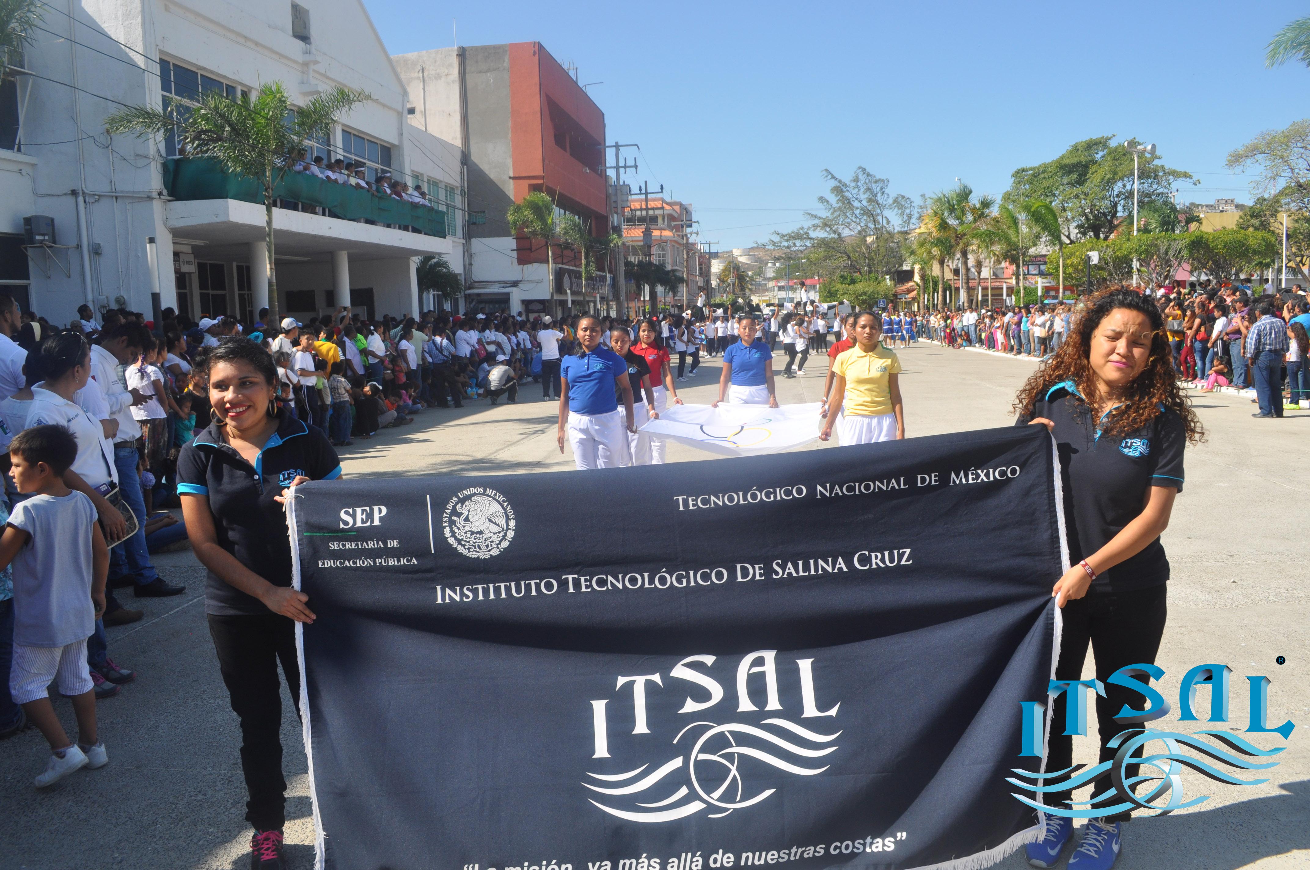 Gran participación del Instituto Tecnológico de Salina Cruz en el desfile del 20 de noviembre